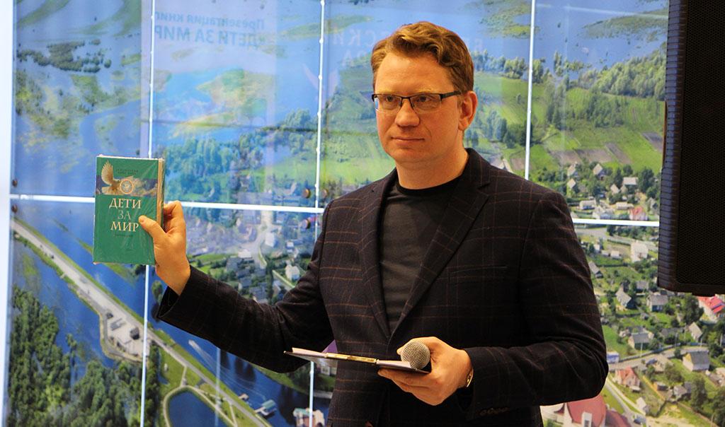 """На международной книжной выставке в Минске прошла презентация книги """"Дети за мир"""" 3"""